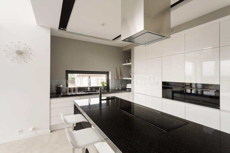 Buitensporige zwart-witte keuken royalty-vrije stock afbeeldingen