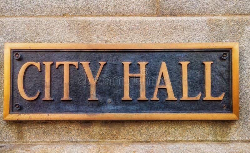 Buitenteken dat 'Stadhuis 'in messing het van letters voorzien leest stock afbeeldingen
