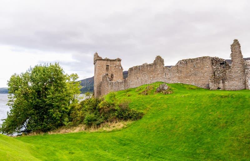 Buitenvestingwerkmuur en Toelagetoren, Urquhart-Kasteel, Schotland stock afbeelding