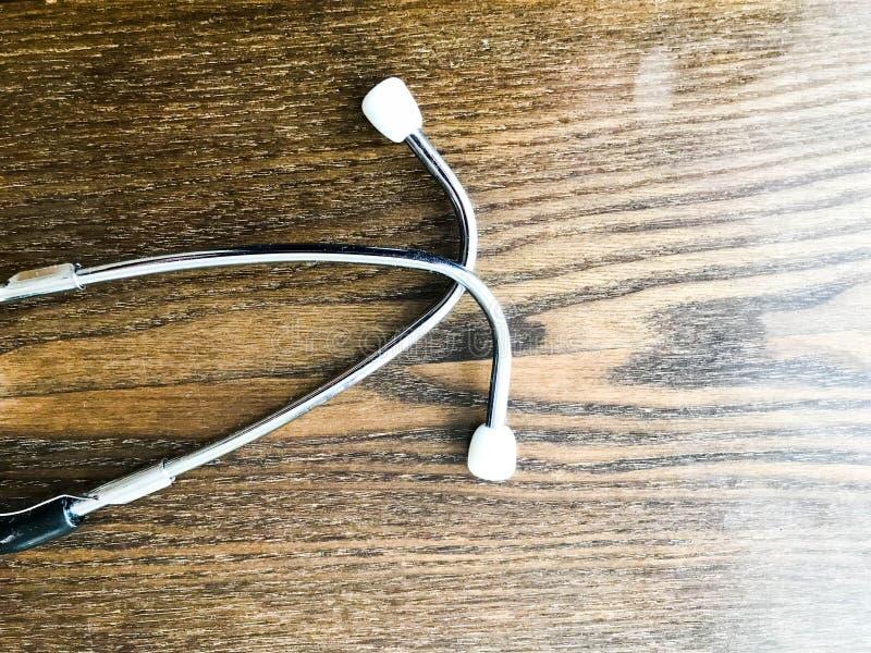 Buizen van een medische stethoscoop, phonendoscope voor het luisteren aan het hart en de longen van zieken op de achtergrond van  stock afbeeldingen