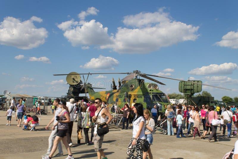Bukarest-Flugschau: Leute am Hubschrauber stockbilder
