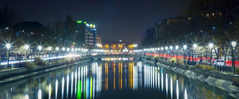 Bukarest nachts - Dambovita-Fluss- Panoramabild stockbild