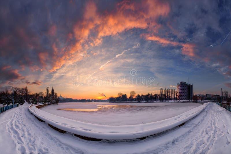 Bukarest-Panorama in der Winterzeit, Baneasa See stockfoto