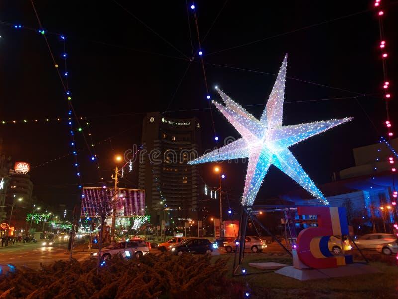 BUKAREST, RUMÄNIEN - 24. DEZEMBER 2014: Weihnachtslichter in Piata Unirii Bucharest, Rumänien lizenzfreie stockfotografie