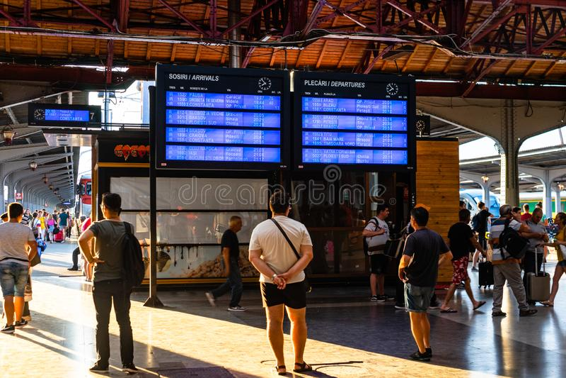 Bukarest, Rum?nien - 2019 Abfahrtbrett auf dem hauptsächlichbahnhof in Bukarest-Norden Gara de Nord stockfotos