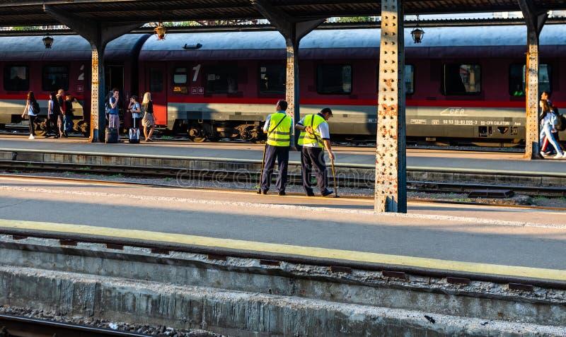 Bukarest, Rum?nien - 2019 Bahnarbeitskräfte überprüfen die Zustand der Bahn stockbilder