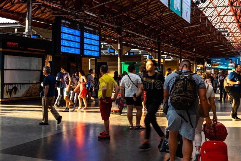 Bukarest, Rum?nien - 2019 Reisende, die auf einen Zug in der Abfahrthalle warten und auf einem Abfahrtbrett in Bukarest Nord scha stockbild