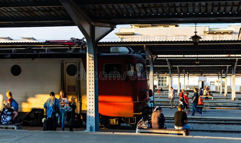 Bukarest, Rum?nien - 2019 Reisende, die auf einen Zug auf der Plattform Nordbahnhofs Gara de Nord Bukarests warten stockbild