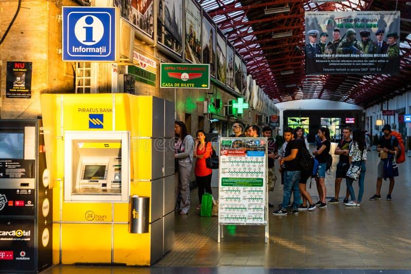 Bukarest, Rum?nien - 2019 Reisende, die in eine Linie warten, um Karten am Nordbahnhof Bukarests zu kaufen Gara de Nord stockfoto