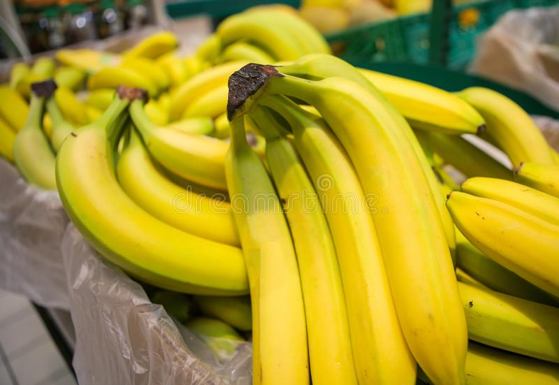 Bukareszt, Rumunia - 27 sierpnia 2019: Banany z pieczywa na owocach i warzywach w sklepie fotografia stock