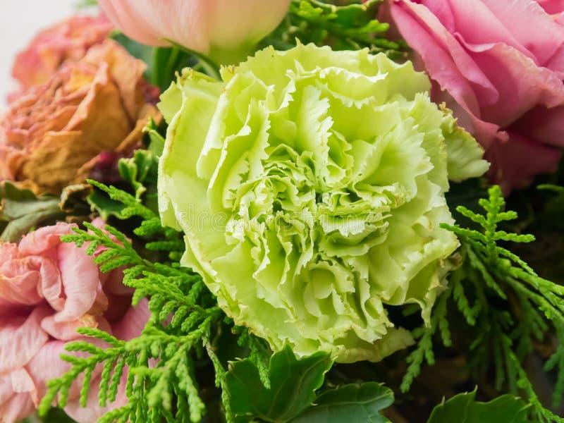 Bukett av blandade blommor på träbakgrund, rosor, nejlika, Eustoma, torra blommor arkivfoto