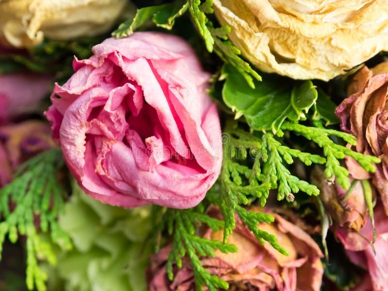 Bukett av blandade blommor på träbakgrund, rosor, nejlika, Eustoma, torra blommor royaltyfri bild