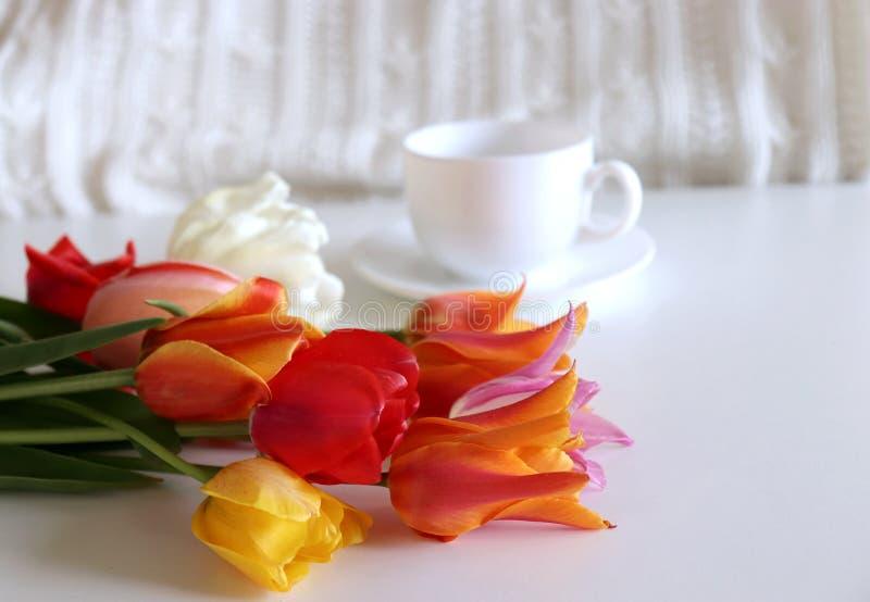Bukett av blommatulpan och kaffe Begrepp för valentin dag eller kvinnors dag eller mors dag Lekmanna- lägenhet, bästa sikt Tom sp royaltyfria foton