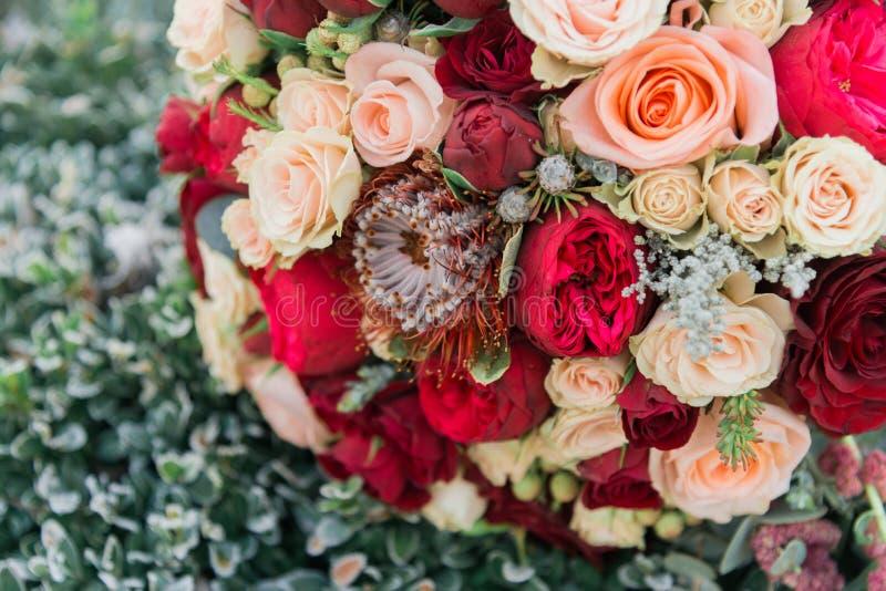 Bukett av blommor Bride&en x27; s-bukett för brudbrudgum för bukett brud- händer Floristics arkivfoto