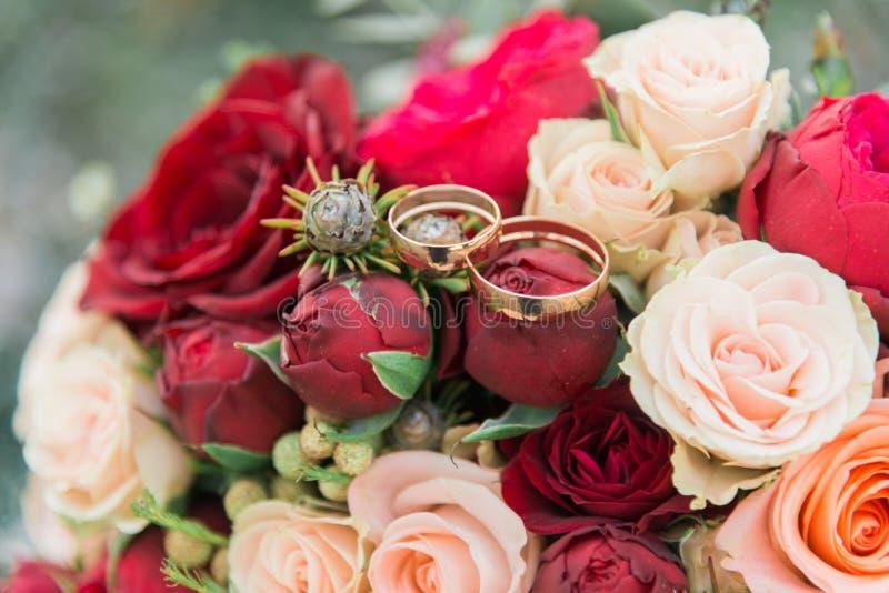 Bukett av blommor Brideɾn; s-bukett för brudbrudgum för bukett brud- händer Floristics ljusa cirklar för bakgrund som gifta  royaltyfri bild