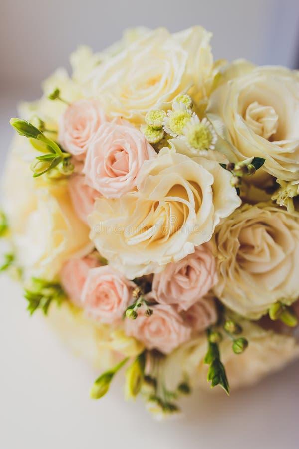 Bukett av blommor Buketten f?r brud` s f?r brudbrudgum f?r bukett brud- h?nder Floristics ljusa cirklar f?r bakgrund som gifta si arkivfoton