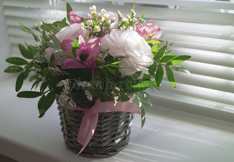 Bukett av blommor i en korg royaltyfri bild