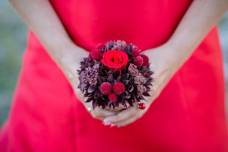 Bukett av blommor i händerna av en flicka arkivfoton