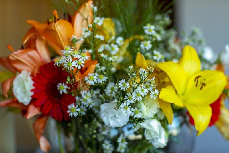 Bukett av blommor Inklusive snabb bana kul?rt blom- m?ng- f?r bakgrund fotografering för bildbyråer