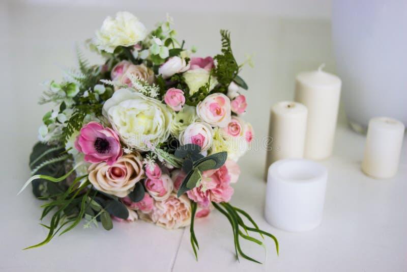 Bukett av blommor Konstgjorda rosor för bruden Blommor för några ferie royaltyfri fotografi