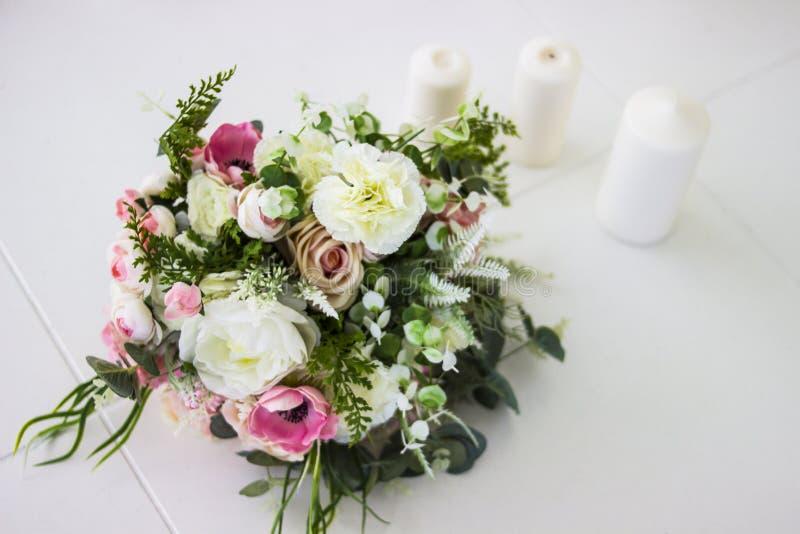 Bukett av blommor Konstgjorda rosor för bruden Blommor för några ferie fotografering för bildbyråer