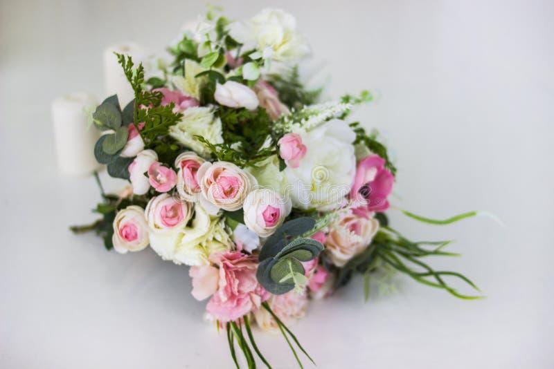 Bukett av blommor Konstgjorda rosor för bruden Blommor för några ferie arkivbild