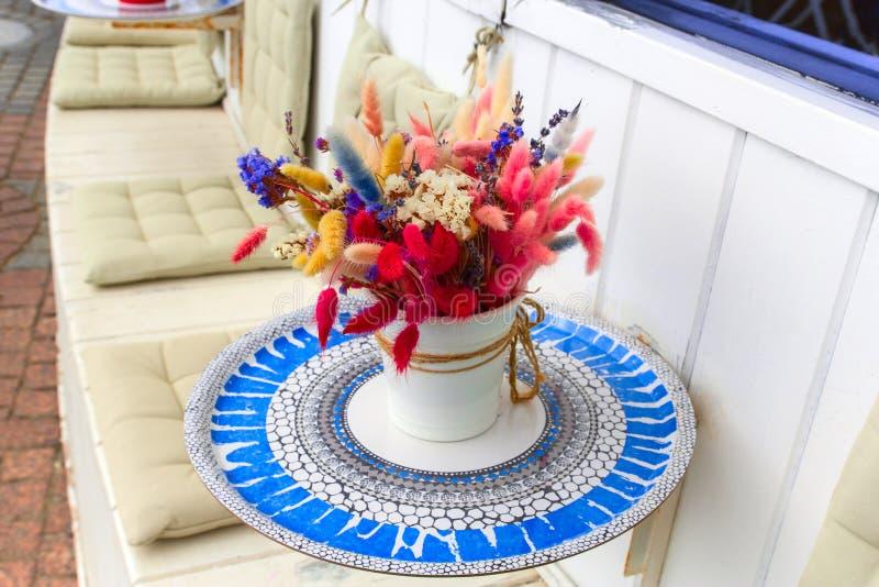 bukett av blommor som gifta sig dekoren av sommarstrandbröllop arkivfoton