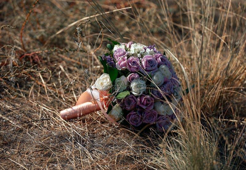Bukett av bruden på gräs arkivfoto