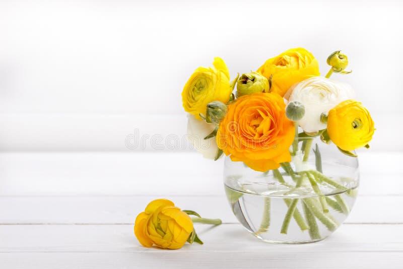 Bukett av den gula ranunculusen fotografering för bildbyråer