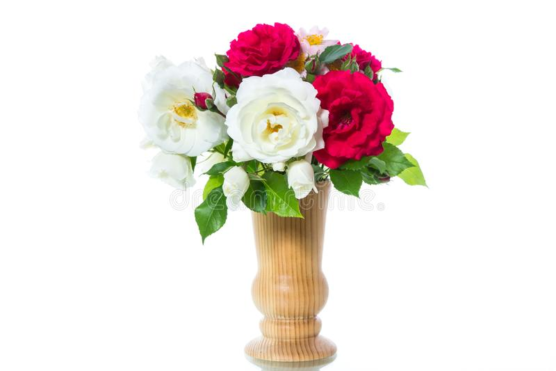 Bukett av härliga röda rosor på en vit fotografering för bildbyråer