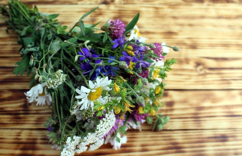 Bukett av lösa blommor på träbakgrund arkivfoton