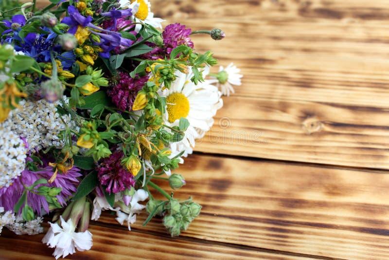 Bukett av lösa blommor på träbakgrund fotografering för bildbyråer