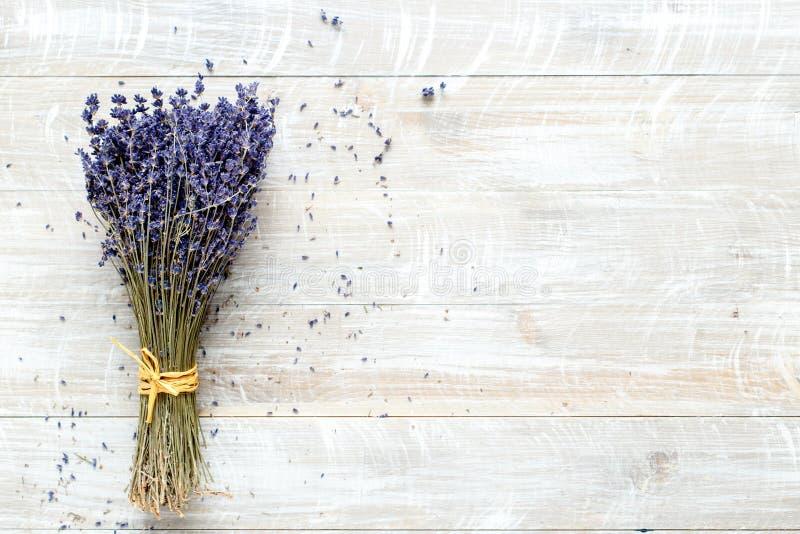 Bukett av lavendel på en träbästa sikt för tabell arkivfoton