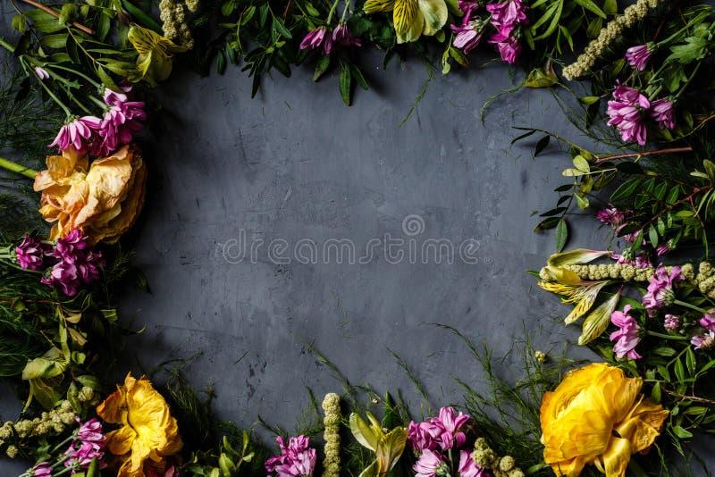 Bukett av ljusa blommor för kvinnor dag, mors dagbakgrund Lekmanna- lägenhet Top beskådar placera text fotografering för bildbyråer