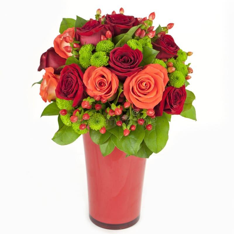 Bukett av röda och orange ro i vasen som isoleras på vitbackgr royaltyfri fotografi