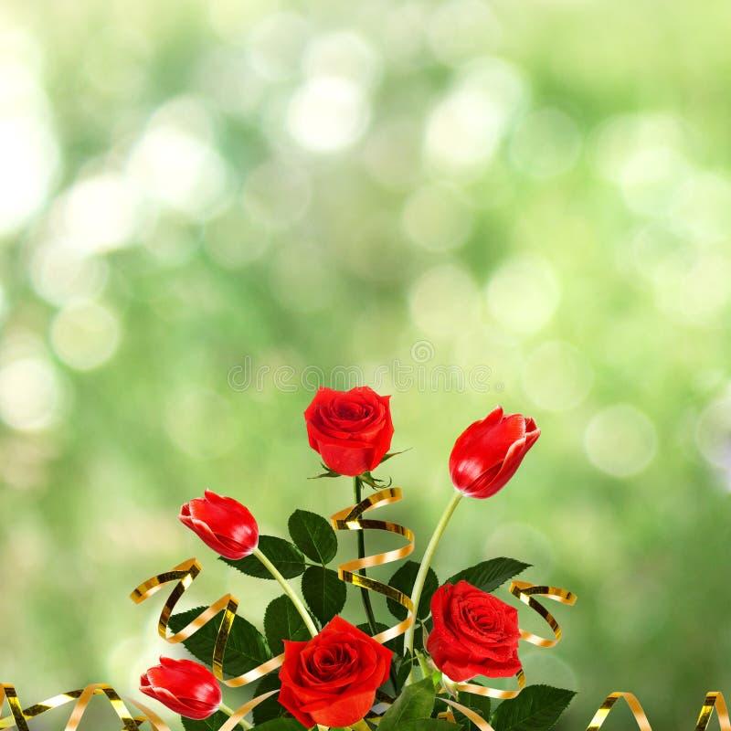 Bukett av röda rosor och tulpan med gröna sidor royaltyfri foto