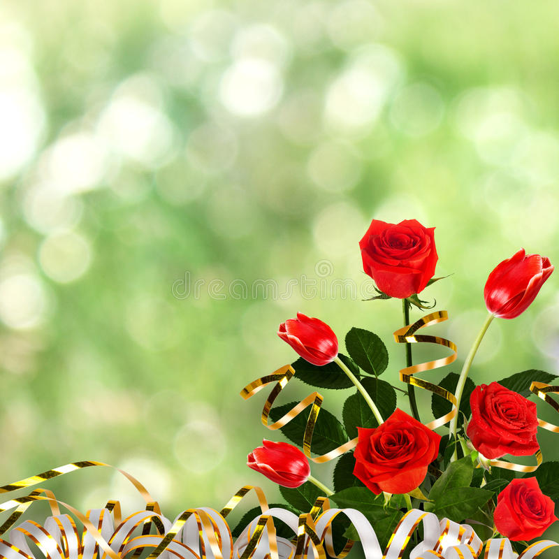 Bukett av röda rosor och tulpan med gröna sidor och band royaltyfri foto