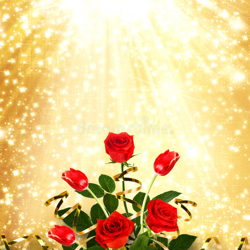 Bukett av röda rosor och tulpan med gröna sidor och band royaltyfria foton