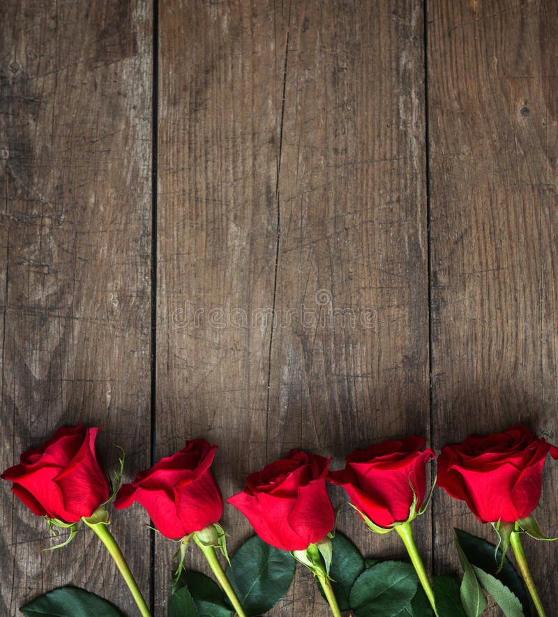 Bukett av röda rosor på en mörk träbakgrund royaltyfri foto