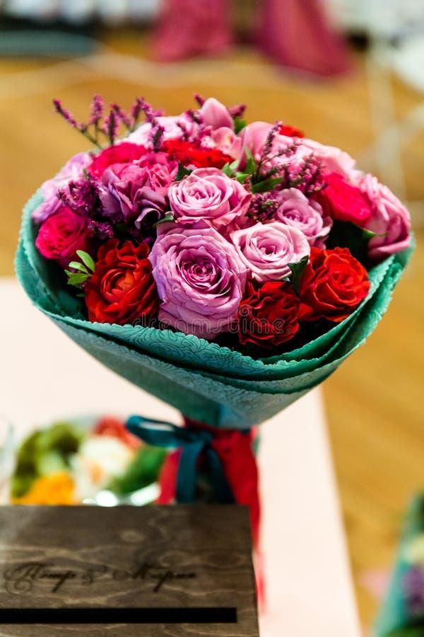 Bukett av r?da och rosa rosor royaltyfri bild