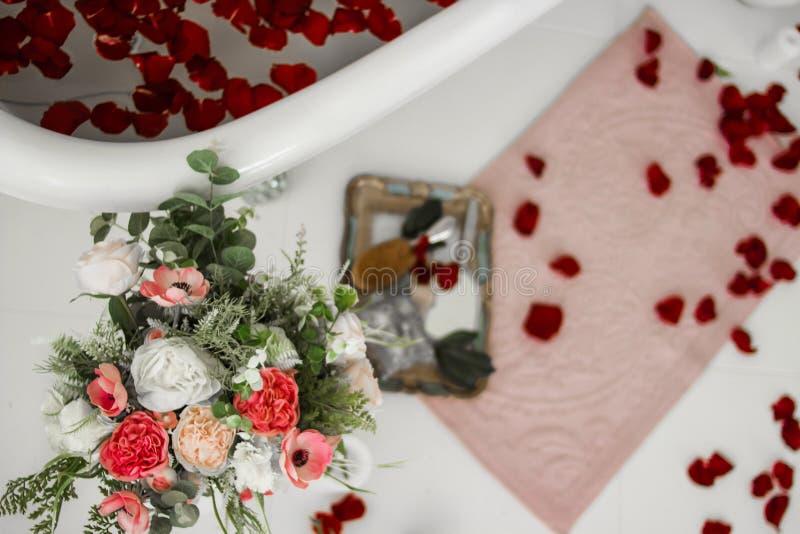 Bukett av ro Bad med rose petals Terapeutiskt bad royaltyfri fotografi