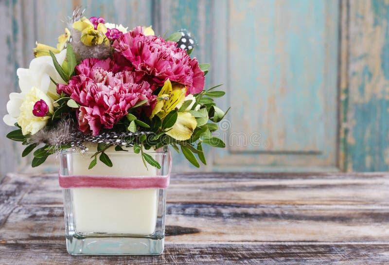 Bukett av rosa nejlikor och gul alstroemeria royaltyfri bild