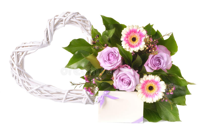 Bukett av rosa och purpurfärgade gerberas och rosor som isoleras på vit arkivfoto