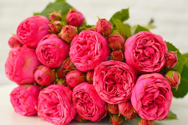 Bukett av rosa peones och rosor royaltyfria bilder