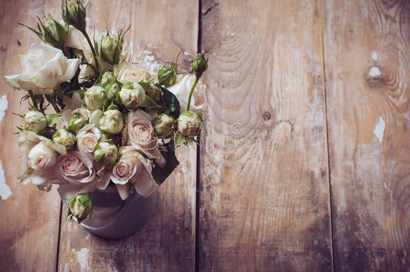 Bukett av rosor i metallkruka fotografering för bildbyråer