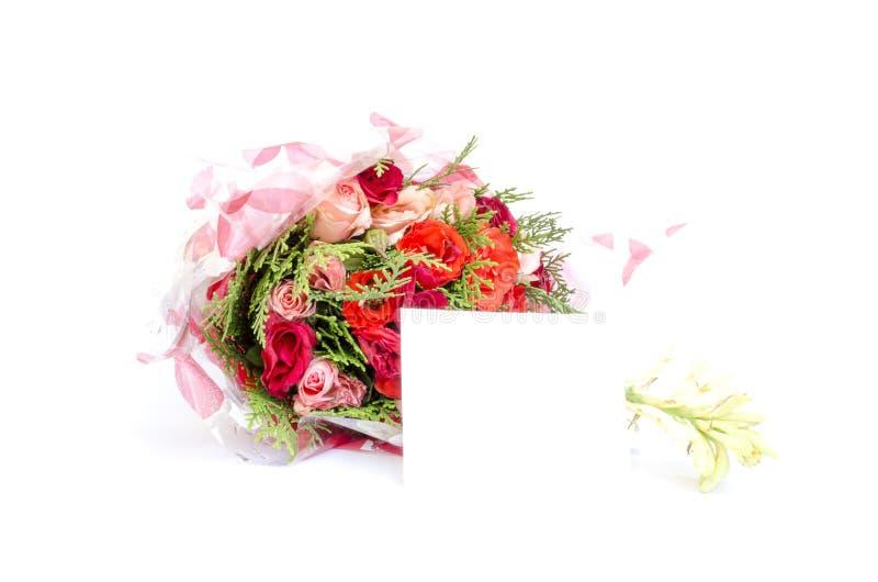 Bukett av rosor med det tomma anmärkningskortet royaltyfri bild