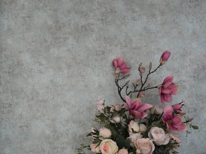 Bukett av rosor med grungetapeten för bakgrund arkivfoton