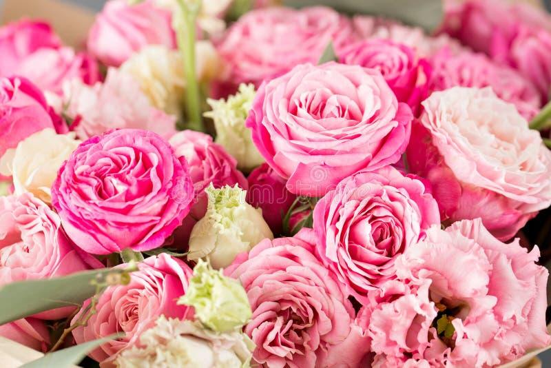 Bukett av rosor och andra färgblommor closeupen kan användas som en bakgrund eller ett kort arkivbilder