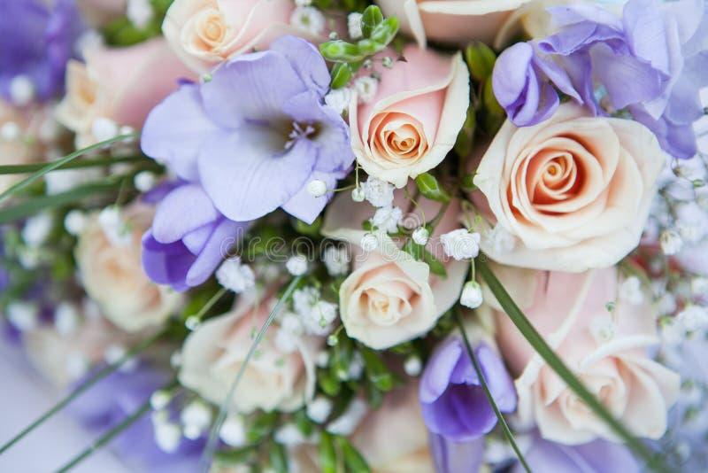 Bukett av rosor och freesior arkivbilder