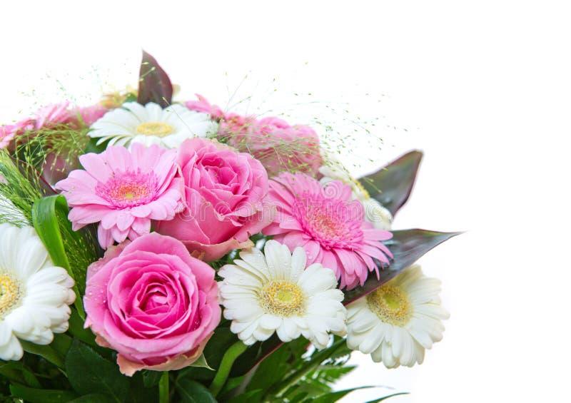 Bukett av rosor och gerberablommor som isoleras på vit bakgrund close upp royaltyfri foto